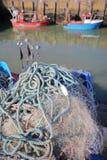 在捕鱼网的特写镜头在钓鱼海港有渔船的和在背景, Whitstable,英国中 免版税库存图片