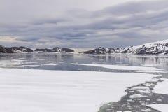 在捕鲸船海湾,欺骗岛,南极洲的日落 免版税库存照片