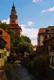 在捷克克鲁姆洛夫城堡塔的看法由古色古香的绘画cobered 免版税库存照片