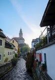 在捷克克鲁姆洛夫的早晨日出,从桥梁的看法在看见捷克克鲁姆洛夫耸立和大厦附近的运河的运河 免版税库存照片