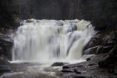 在捷克语的山的瀑布 免版税库存图片