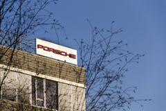 在捷克总部修造的保时捷汽车公司商标 免版税库存图片