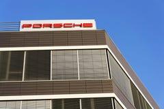 在捷克总部修造的保时捷汽车公司商标 免版税库存照片