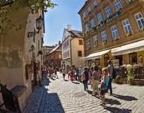 在捷克Krumlov老街道,捷克 免版税库存照片