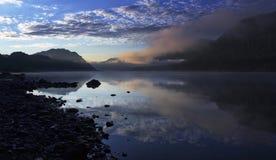 在捷列茨科耶湖的黎明 免版税库存图片
