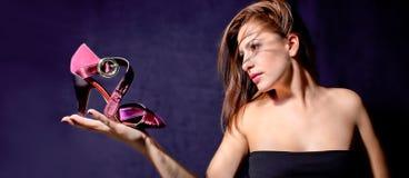 在掌上型计算机的新俏丽的妇女暂挂凉鞋 库存照片