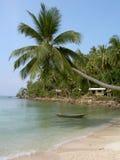 在掌上型计算机phangan泰国结构树的海滩&# 库存照片