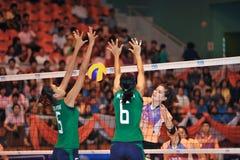 在排球运动员chaleng的小姐blockking的球 免版税库存照片