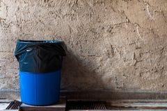 在排水设备天沟的回收站有老膏药墙壁的 免版税库存图片