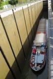 在排水设备运河的货船 免版税库存照片