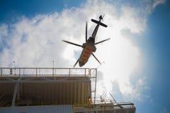 在接受乘客和货物的一个近海油和煤气平台的直升机停车处对在陆上 图库摄影