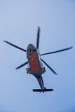 在接受乘客和货物的一个近海油和煤气平台的直升机停车处对在陆上 库存图片