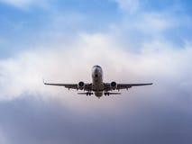 在接进着陆的一架商业喷气机 库存照片