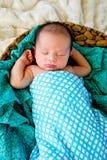 在控制中套包裹的被编织的篮子睡觉的新的男婴 库存图片