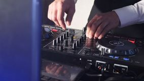 在控制台后的DJ,在阶段、混合的轨道在大气舞会选通和闪光灯 关闭DJ手 影视素材