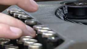 在控制台打字机键盘的手 股票视频