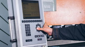 在控制板的工作者控制和运行的制造过程 影视素材