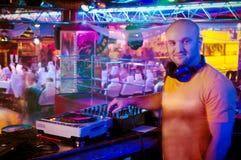 在控制面板之后的DJ 免版税库存照片
