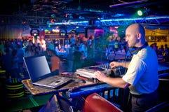 在控制面板之后的DJ 库存图片