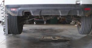 在推力举的下来经典汽车的轮子 准备好的汽车恢复 股票视频