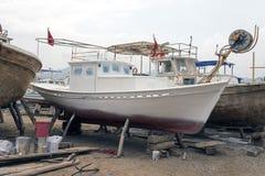 在推力的一条木小船在一个造船厂在博德鲁姆,土耳其 库存图片