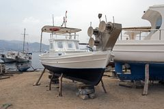 在推力的一条木小船在一个造船厂在博德鲁姆,土耳其 图库摄影