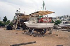 在推力的一条木小船在一个造船厂在博德鲁姆,土耳其 免版税库存照片