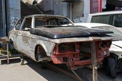 在推力的一辆被击毁的汽车在街道在伊斯坦布尔 库存照片