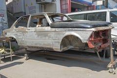 在推力的一辆被击毁的汽车在街道在伊斯坦布尔 免版税库存图片