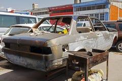 在推力的一辆被击毁的汽车在街道在伊斯坦布尔 库存图片