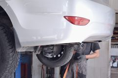 在推力的白色汽车,背面图 免版税库存图片