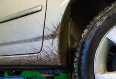 在推力的肮脏的汽车 库存照片