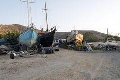 在推力的被盖的小船维护的在造船厂 图库摄影