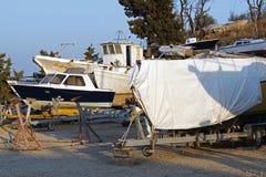 在推力的被盖的小船维护的在造船厂 库存图片