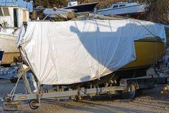 在推力的被盖的小船维护的在造船厂 库存照片