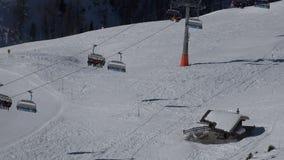 在推力的鸟瞰图在一种高山滑雪手段 股票视频