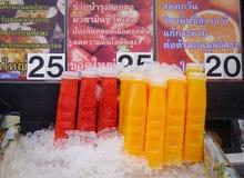 在推车的五颜六色的果汁在街市上 免版税库存照片