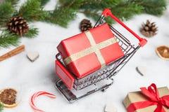 在推车的圣诞节礼物 图库摄影