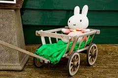 在推车的玩具兔宝宝 免版税库存图片