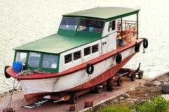 在推车的老游艇 免版税库存图片