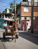 在推车的马通过在圣地亚哥的街道 免版税库存图片
