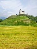 在推进途中的风景有在小山的城堡视图,瓦杜兹,利希滕斯泰因 免版税图库摄影