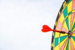 在掷镖的圆靶的中心的红色箭箭头 库存图片