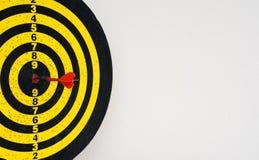 在掷镖的圆靶的中心的红色箭箭头 图库摄影