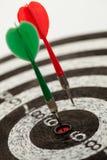 在掷镖的圆靶的二支箭 免版税库存照片