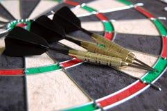 在掷镖的圆靶的箭 免版税图库摄影