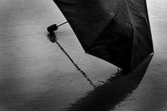 在提供从风暴的多暴风雨的天气的湿伞风雨棚 库存照片