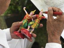 在提供舞蹈家玩偶雕象前的开幕式寺庙的 免版税库存图片