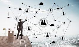 在提出网络和连接c的房子屋顶的商人 图库摄影