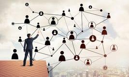 在提出网络和连接c的房子屋顶的商人 库存照片